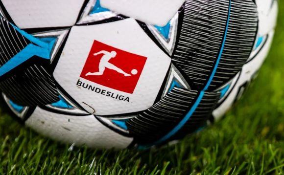 A Bundesliga folytatódik, a Premier League-ben viszont nőnek a gondok